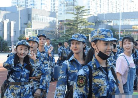 王俊凯戴口罩军训照片曝光