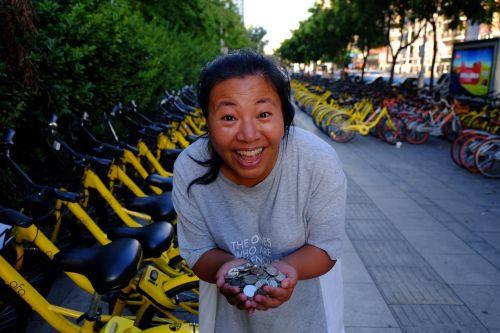 福州共享单车坐垫下藏1万元硬币  鼓励市民绿色出行