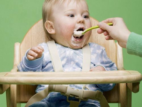 爸媽何時給寶寶添加嬰兒米粉 需按照月齡選擇