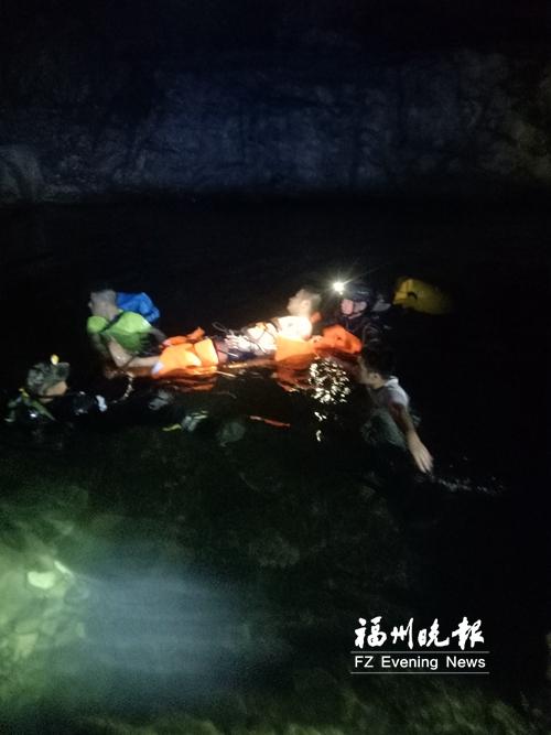 贵安峡谷警民联手急救溺水驴友 驴友转危为安