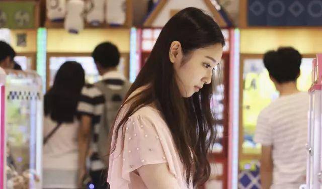 杨幂又签新人:艺校学霸,军训女神,还有怒怼佟大为的校花