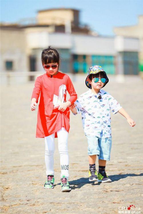 """《爸爸去哪儿5》7岁的NeiNei""""姐姐范""""十足带着Max形影不离"""