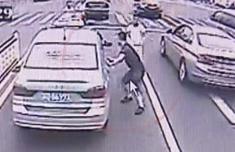 男子疯狂拦车求助:救我