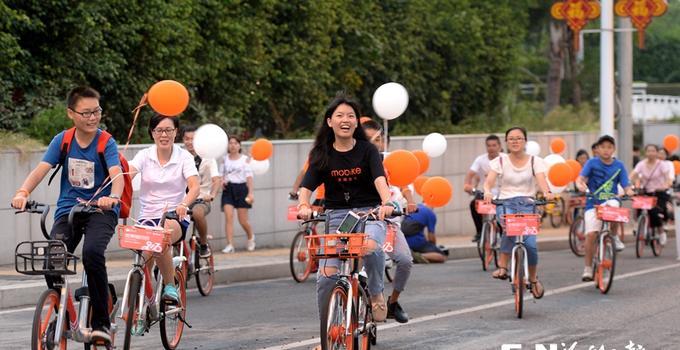 """首个""""世界骑行日"""" 福州热心市民为绿色交通助力"""
