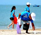泉州200多名志愿者参与海滩清洁