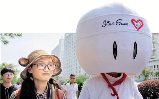 大学迎新生套路丰富多彩 嘻哈辅导员秀说唱MV