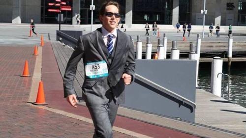 穿着西装跑完42公里 悉尼律师创下吉尼斯纪录