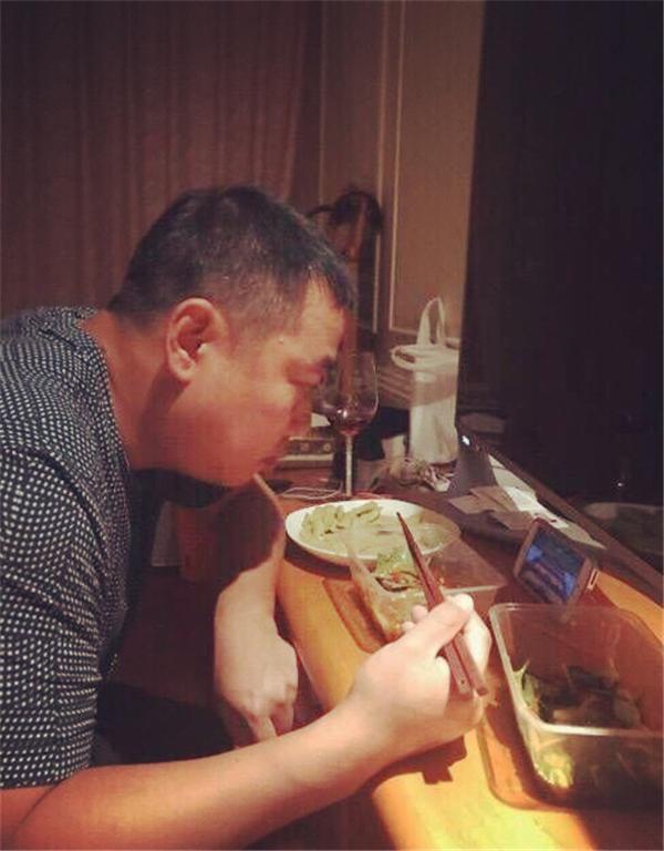 刘国梁观战国乒 白发满头让人心疼 赋闲在家连吃饭都在看国乒