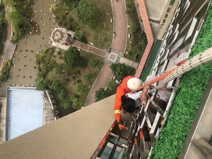 突发!福州一女子欲跳楼 悬在17层防盗窗外!现场视频太惊险了!