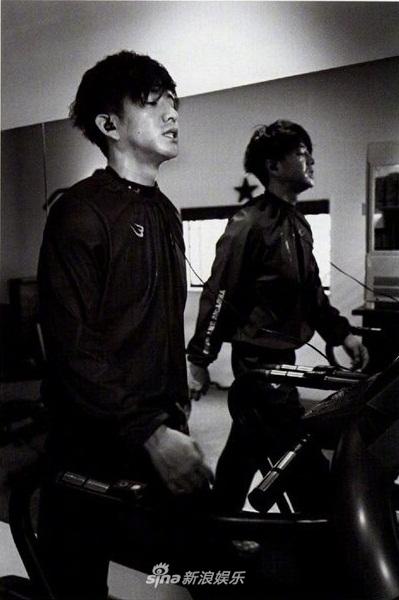 木村拓哉健身大秀肌肉 黑白大片彰显男人味
