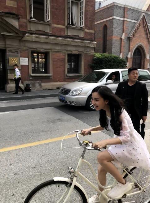 杨颖angelababy遭警察点名,骑车逆行被痛批,黄晓明都没脸见人了!(2)