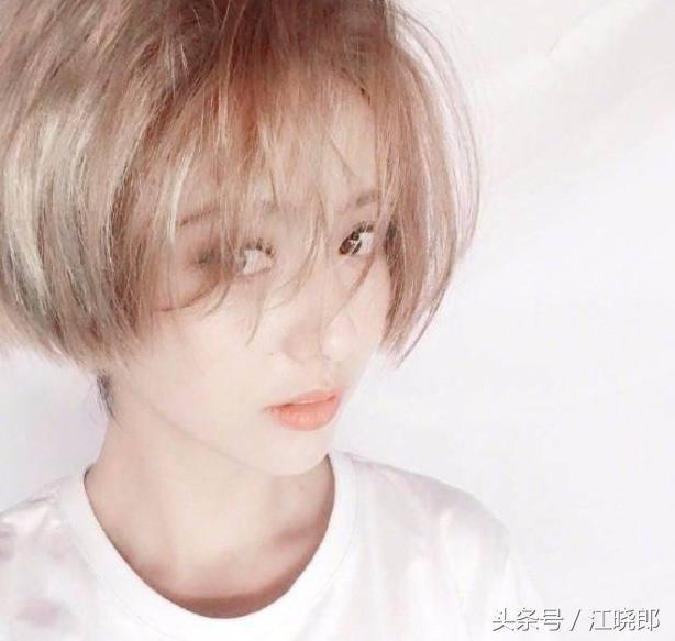 佟丽娅再次剪短发还染白秒变小鲜肉,网友:这小子真帅啊!