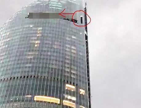 """怪风突起 擦窗机猛撞厦门""""第一高楼""""外立面之后坠落"""