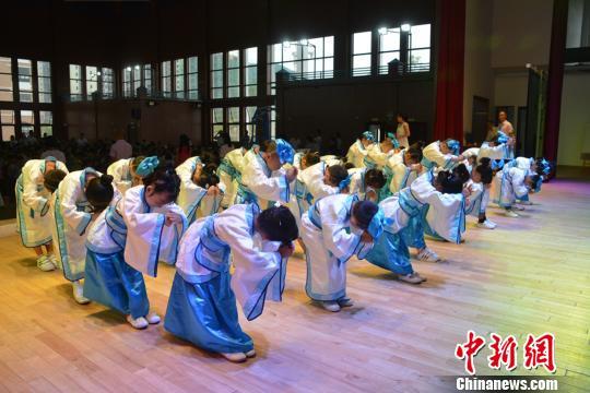 """ca88亚洲城手机版下载_开学季举行开笔礼 700余名学童""""开笔破蒙"""""""