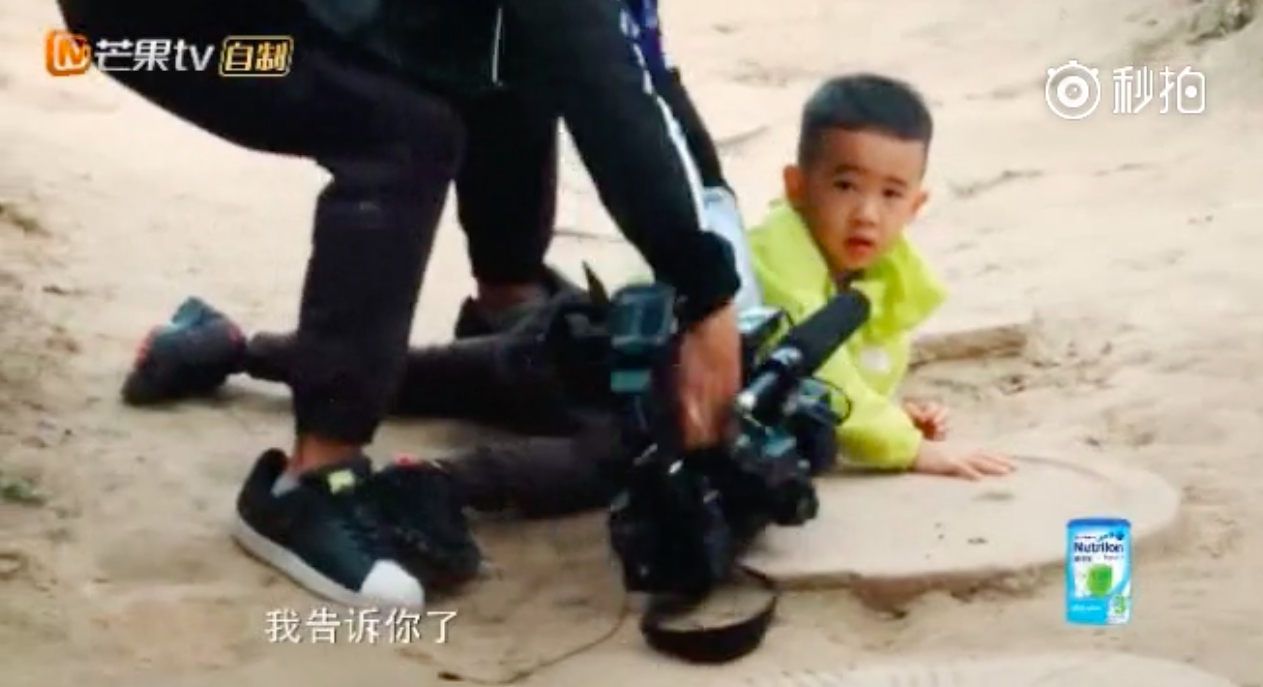 Jasper摔倒摄影师丢下机器就冲上去了 网友:比山鸡哥还着急