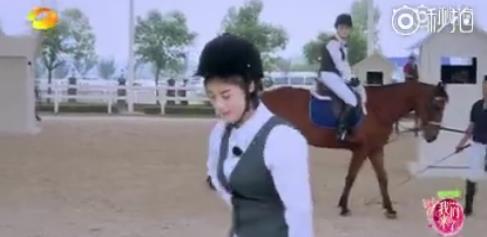蒋欣直播中坠马,还上了热搜,现场其他女星的做法却被评让人寒心