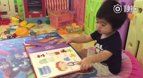 林志颖晒双胞胎:哥哥念字母每个都是R,弟弟看不下去把书拿走了