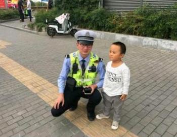 从2岁男孩捡1角纸币交警察,看对待宝宝的正确方式
