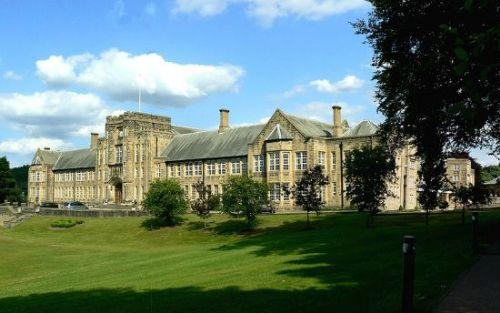 英国小女孩成最孤单学生 1人独享整座学校