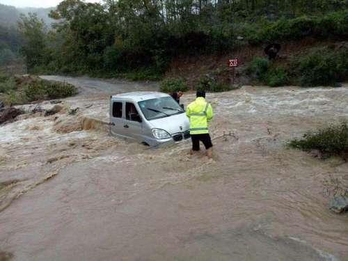 5人乘车遭遇山洪被困河中 民警赶到后跳河救人