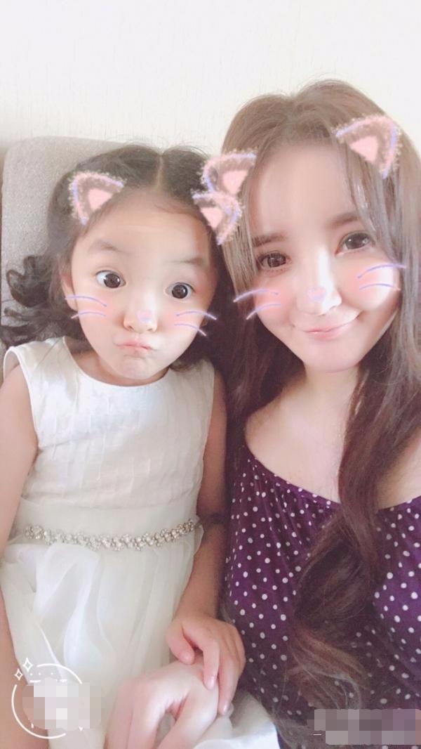 黄磊晒小女儿萌照,刘雨欣晒女儿照片,哪个萌娃好看?