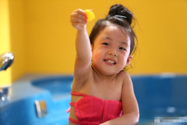 刘畊宏妻子分享泡芙洗澡大片 小泡芙笑容灿烂一脸纯真
