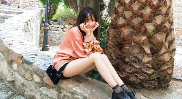 迪丽热巴最新美照曝光,祝大家中秋快乐,网友:刘海自己剪的?