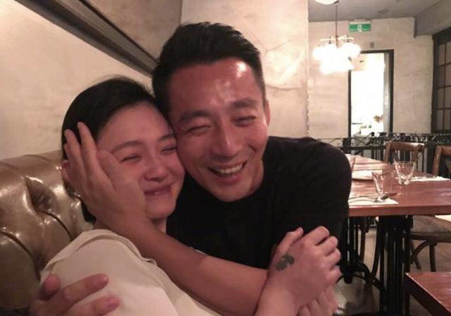 汪小菲搂着大s的脸秀恩爱,直夸老婆的脸好小!