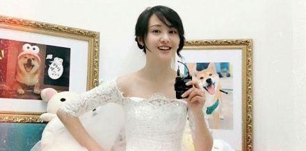 """郑爽好不容易穿婚纱 背景墙上的画却显示还是""""单身狗"""""""