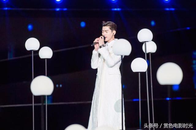 张翰亮相央视中秋晚会唱《月光小夜曲》 宛如白马王子