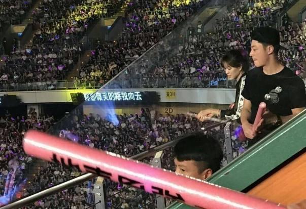 一个站着一个坐着,林心如霍建华看周杰伦演唱会VIP包厢也不进!