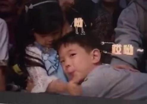 《爸爸去哪儿5》嗯哼终于如愿以偿扑入小泡芙怀抱,杜江哭笑不得
