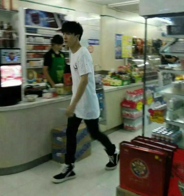 薛之谦超市买东西被网友偶遇,网友:本人真是憔悴的不像话