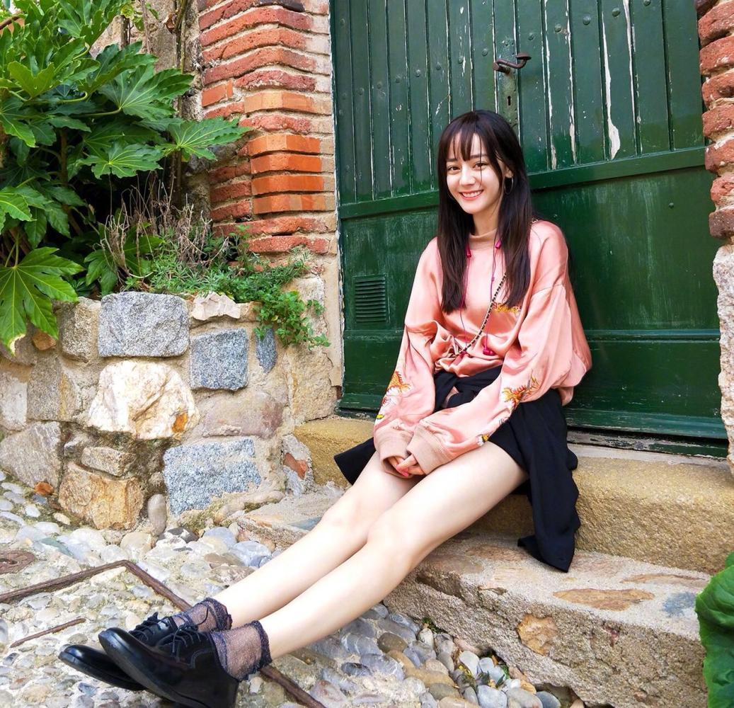迪丽热巴新造型大长腿吸睛 鹿晗放弃大长腿独爱学生妹?