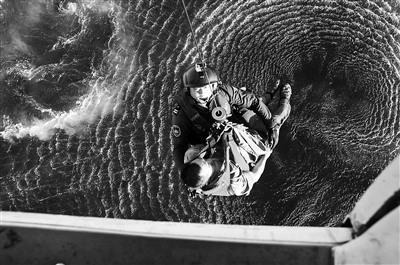 山东籍渔船上两渔民不慎氨气中毒 获直升机救助