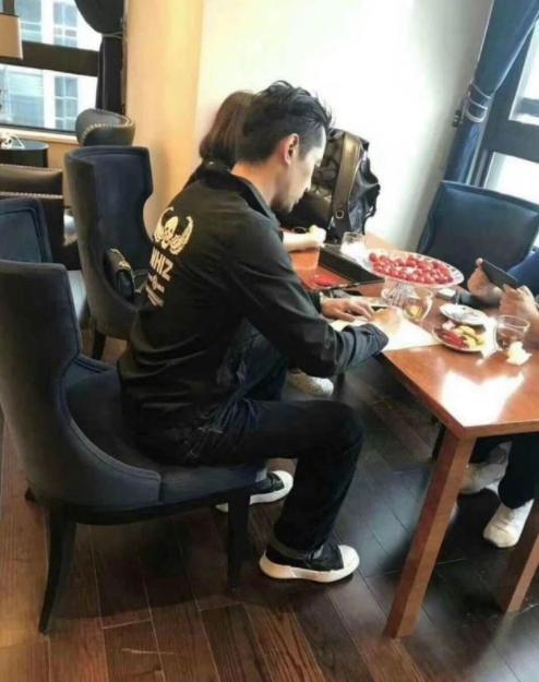 胡歌被曝在重庆买豪宅 胡子造型帅呆网友