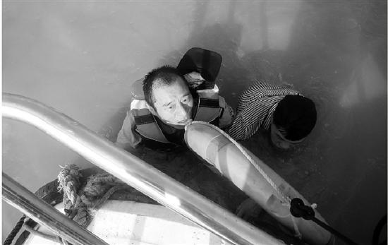 男子跳桥民警跃入江中生死救援 和钱塘江大潮抢时间