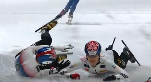 韩国短道雷人一幕 韩国选手想阻挡中国选手反而把队友拉倒