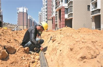 平潭澳前安置小区A2地块:室外填土与管道铺设同步开展