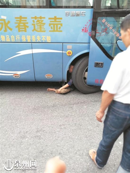 惊险!永春一男子莫名被卷入车底 幸及时获救