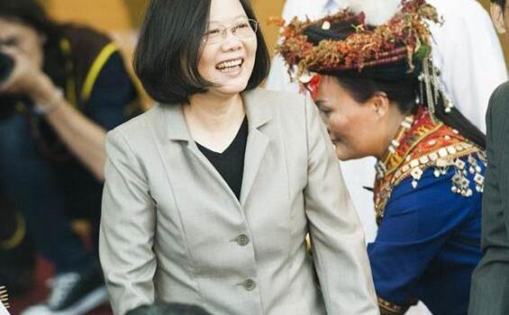 """台湾""""双十""""活动民众被拒马栅栏隔离遭批:荒谬"""