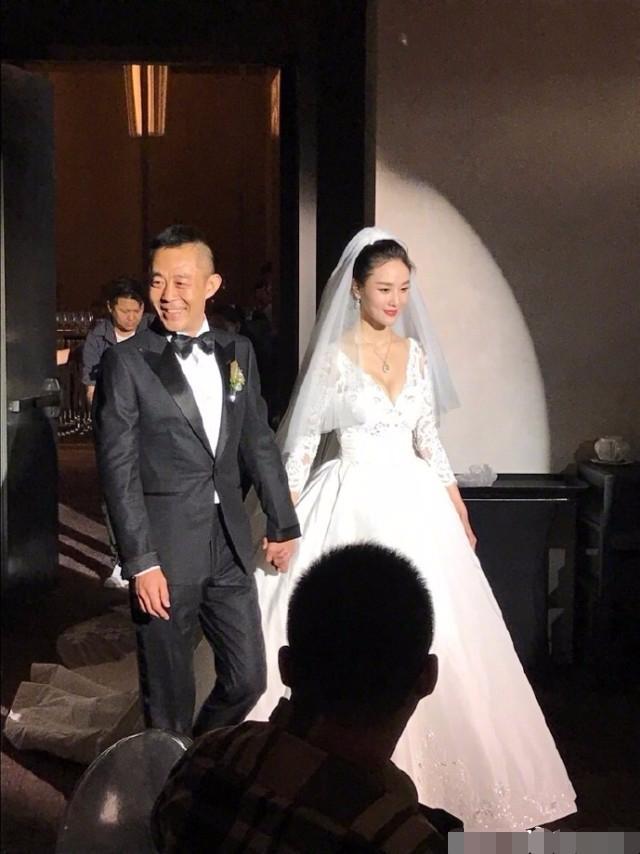 50岁的侯勇娶了20岁的新人,第六张图最拥有想像力!