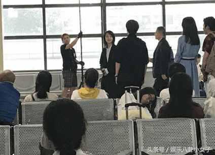 郑爽上海拍戏被偶遇,网友直言:瘦的我都担心风把她刮走