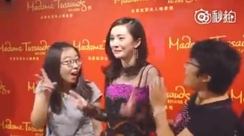 杨幂假扮蜡像吓呆粉丝,杨幂再签约3位艺人气质不输迪丽热巴