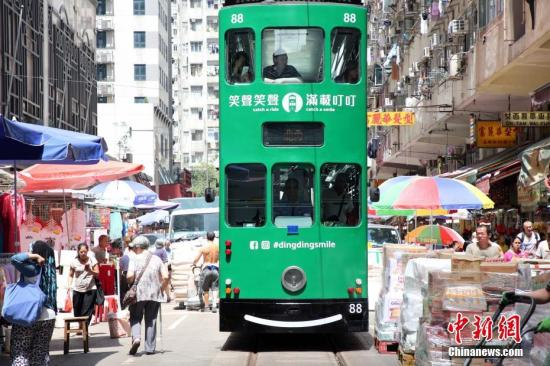 在香港生活成本高 近半家长经济支持成年子女