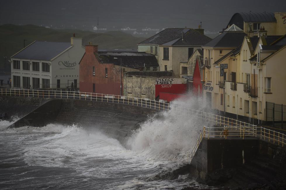 超强飓风登录席卷爱尔兰 裹挟巨浪疯狂拍击海岸