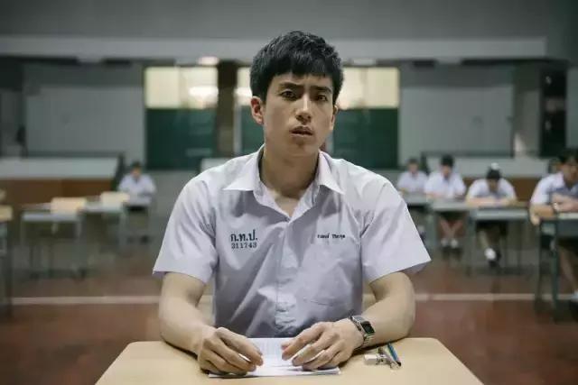 泰国神作《天才枪手》最丧的一位男主角,其实是个腹肌男神!