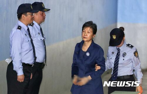 朴槿惠案近况 律师团全体辞职后 朴槿惠不出席19日审判