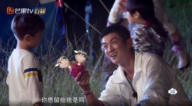 嗯哼给杜江留吃的:爸爸你确实很喜欢吃火龙果!儿子最懂爸爸