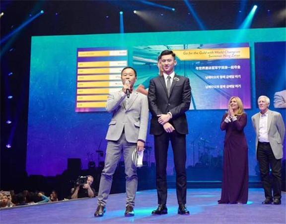 宁泽涛教游泳一节课45万 天价学费收入全部捐给中国患儿